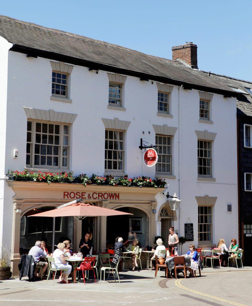 Popular town centre pub announces reopening